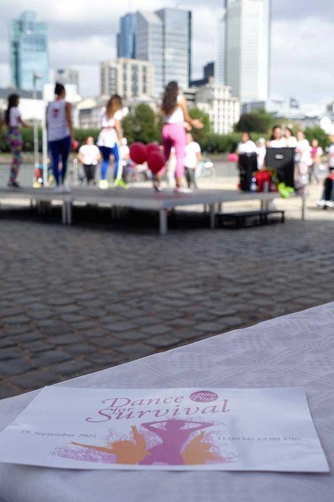 Sonntagvormittag am Frankfurter Mainufer: Dance for Survival. – Eine Aktion von Aktion Pink Deutschland e.V.Es war ein w...